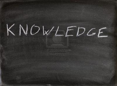 8257086-la-conoscenza-della-parola-scritta-in-gesso-su-una-lavagna